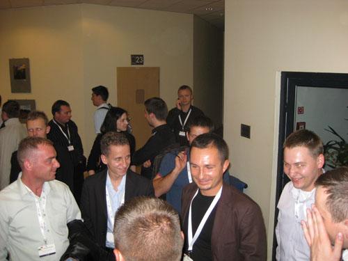 Kaspar Szymanski otoczony przez grupę pozycjonerów na Google Day 2008