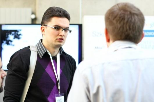 Tomek Frontczak podczas rozmowy z klientem