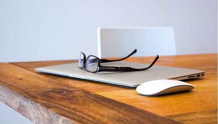 laptop-myszka-okulary